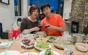 韩庚和妈妈新西兰吃饺子 庚妈厨艺一流气色显年轻