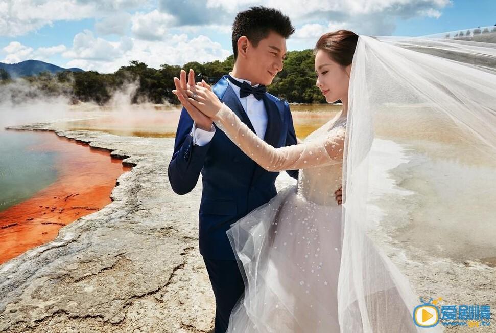 """2016年3月9日,吴奇隆和刘诗诗终于曝光婚纱照,据悉,这组婚纱照是在新西兰拍摄的。另据此前报道,吴奇隆与刘诗诗将于本月20日在巴厘岛举办婚礼,伴郎由苏有朋、陈志朋担任,这意味着,""""小虎队""""时隔六年后再度合体亮相。同时,霍建华、胡歌这对""""老干部CP""""也将抽空参加婚礼。巴厘岛的婚宴将举行三天两夜,宾客名单据悉已破百人,粗估花费约200万人民币,将由吴奇隆买单。"""