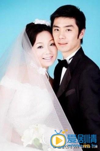 闫妮和老公照片 这个其实是前夫程大河 2004年已经与闫妮离婚 是军队一个高层干部